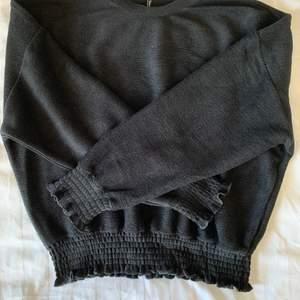 """Säljer denna sköna svarta tröjan med volangdetaljer!🖤 Passar perfekt till finare tillställning, men inte """"too much"""". Bra skick, endast använd ett fåtal gånger. Storlek M. Köparen står för frakt."""