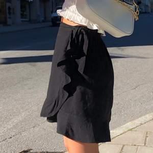 Jättefin kjol med små volanger och knytning i midjan. Passar xs-s. Bud från 100kr exklusive frakt 💓