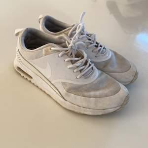 Vita sneakers från Nike. Använda väl dock ganska fräscha på utsidan, lite skaft vid hälen.