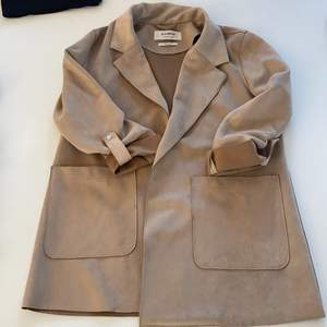 Beige mocka jacka från pull and bear. Lite små fläckar nare på jackan, inget som syns mycket. Fin vår jacka, dock för liten för mig