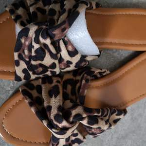 Hör har jag ett par leopard sandaler i storlek 38 MEN jag skulle säga att dom är i storlek 37- 37,5. Därav måste jag sälja dom då dom tyvärr inte passar mig. Men super sköna o snygga är dom😍🤎 (om du önskar annan frakt med exempelvis spårbart så är det bara att skriva det så ändrar jag)