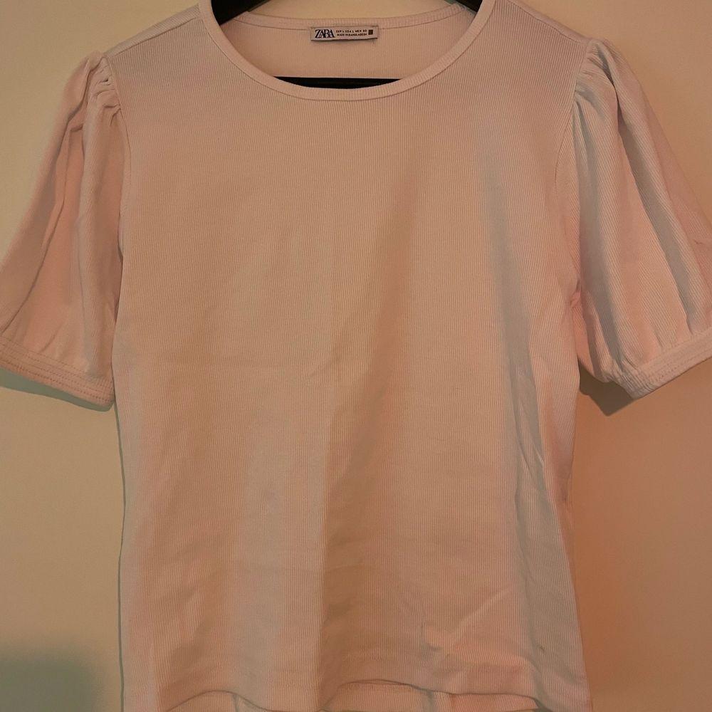 Vit ribbstickad t-shirt med puffärm och resår i ärmen.. Toppar.