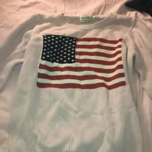 Stickad tröja från playback, storlek S men kan användas i större storlekar eftersom den är lite större! Säljs för 70