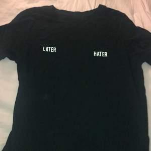 """En t-shirt från gina med tryck """"later hater"""" säljs för 40. Storlek XS men funkar upp till M"""