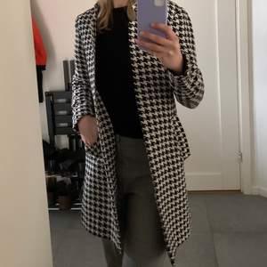 Superfin mönstrad kappa som man kan använda på både våren, sommaren och hösten från H&M. Frakten ingår inte i priset😊