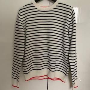 Super fin svart/vit randig tröja från Lindex. Super fin att ha nu mot våren och sommaren, den har 3 svart knapar på vänster Axel som design, säljer för att jag har endast använt den 2 gånger😬 frakten ingår inte i priset