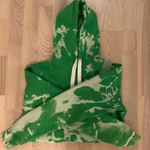 Skit ball hoodie som jag blekte hemma, och resultatet blev 🤩