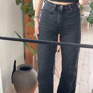 Jeans från H&M i storlek 32(XS)/(S) jag brukar ha S och de passar mig perfekt. De är smala i midjan och sitter bra vid lår och rumpa. Buda i kommentarerna!