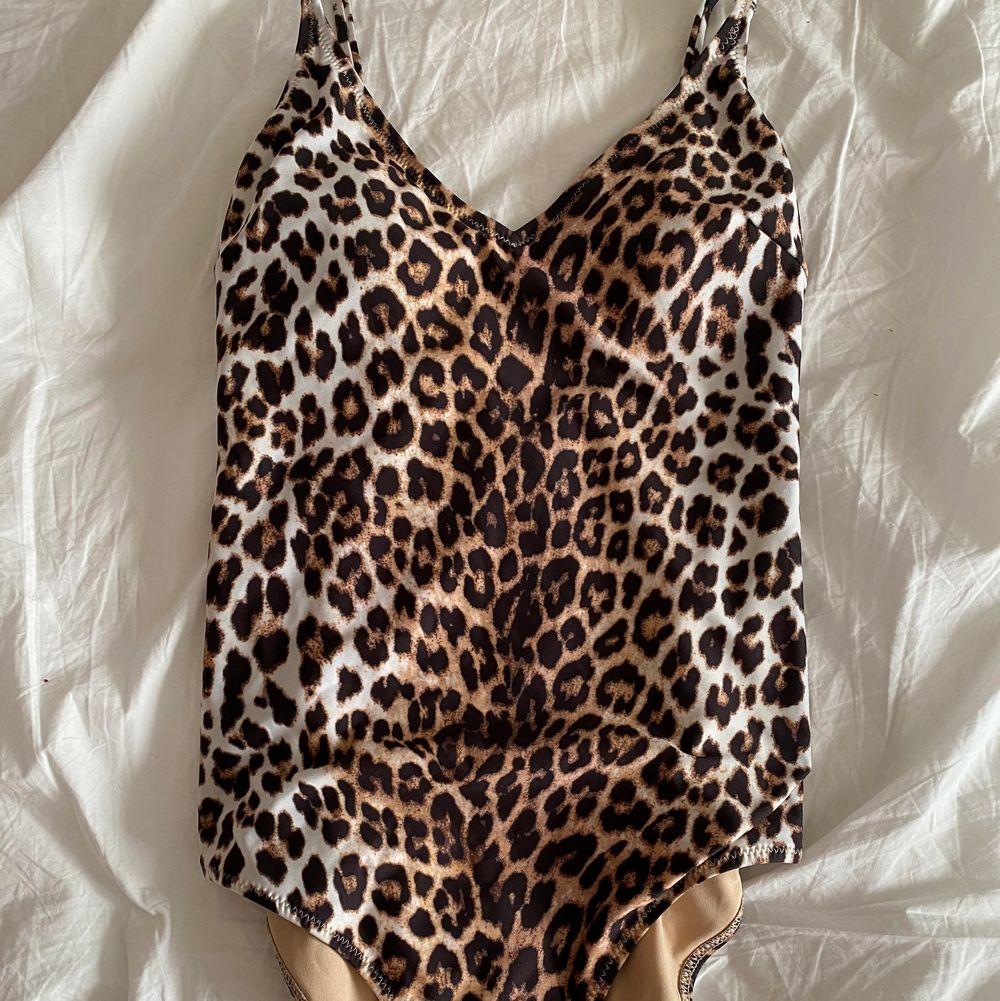 Leopard baddräkt från hm storlek 36 , halv sting där bak och inlägg vid brösten, använd cirka 2 gånger (står ej för frakten)🤍 . Övrigt.