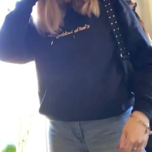 Mörkblå hoodie köpt på carlings, använd ca 3-4 gånger så den är så gott som ny. Säljer för att den inte kommit till användning🤍  är sen S men passar även M då det är herr storlek