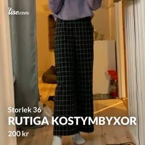 Säljer mina kostymbyxor i storlek 36. Jag skulle säga att dom är lite mindre i midjan än andra 36 byxor! Jag har sytt upp dom ca 7 cm (se bild 3) och nu är dom bra längd för mig som är 171/172 men dom går att släppa ner igen! Köparen står för frakten!🥰