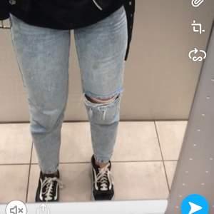 Superfina mom jeans från gina. Tror storleken är 34 men passar mig som har 36 galant. De är superfina men använda inte längre 🥰 100 kr + frakt