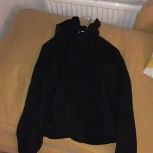 Svart hoodie från pull and bear i storlek S, fint skick. Obs Huvan är ganska liten.