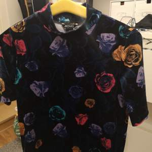T-shirt i stretchsammet från Monki, Aldrig använd. Pris: 40 kr
