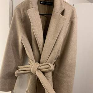 Säljer min fina kappa från Zara! Den är storlek XS/S, den är näst intill ny! Endast använd ett fåtal gånger! DETTA ÄR EN KORT MODELL💕