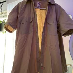 Brun skjorta från Dickies i storlek S (mer som M), aldrig använd. Bud i kommentarerna 😘