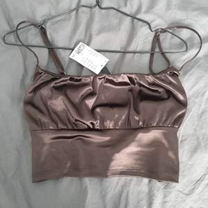 Trendig tröja från hm i strl L, bara testad. Säljes då jag inte använder crop tops:) bud från 60 kr