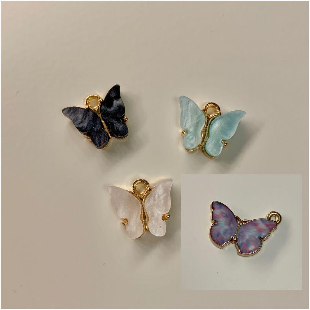 🦋Butterfly necklace🦋 (svart/ blå/ vit/ gul/ lila/ mörk grön) Guldigt halsband med en emaljerad skimrande fjäril i valfri färg♡ •••••se mina andra likannde annonser med örhängen och ringar💞💞. Accessoarer.