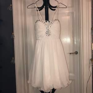 Student/avslutnings klänning. Köpt för 900kr men för fleeeeera flera år sedan, använd 1 gång