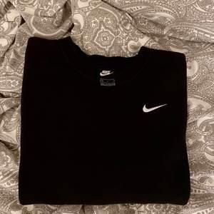 Snygg nike sweatshirt i bra skick!! Köparen får stå för frakten🦋💖 buda i kommentarerna!!🥰