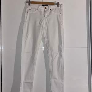 Säljer dessa Vita jeans. Inte använda på flera år. Storlek 36. Köparen står för frakt 💞