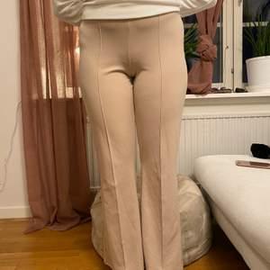Beigea byxor i M från gina tricot, de är lite som kostymbyxor,  jag är ca 173 cm lång och har haft dessa i typ 2 år men de har inte kommit till användning tyvärr. Buda så som ni känner är rimligt😁