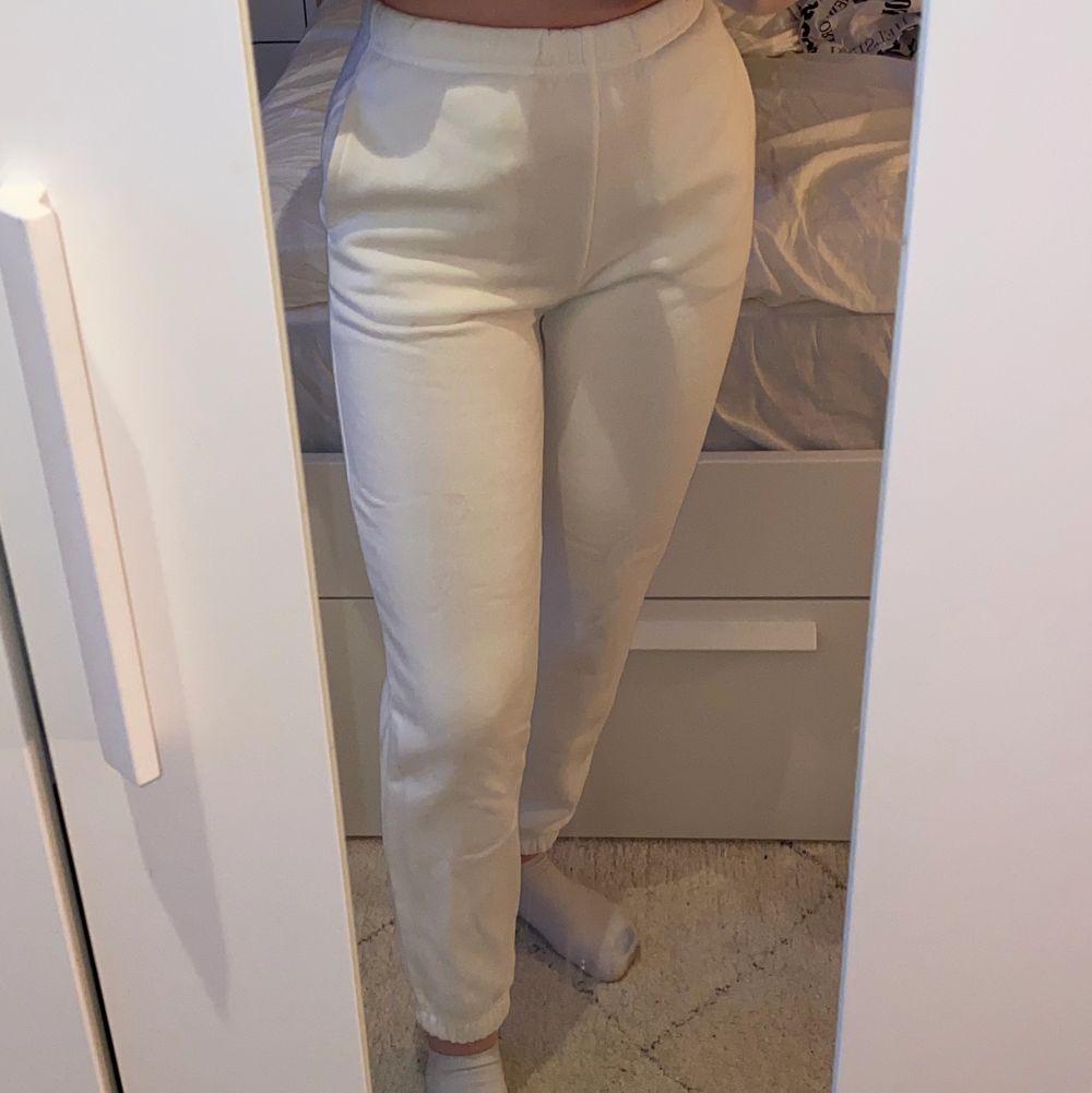 Vita mjukisbyxor från ginatricot storlek XXS aldrig använda pågrund av för tajta för mig men passa mig bra i längden som är 1,56 🤍🤍 (står ej för frakten). Jeans & Byxor.