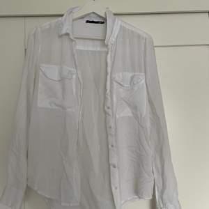 Tunn skjorta, perfekt till sommaren! Bra skick. Köpt på lager 157. Köparen stå för frakt.