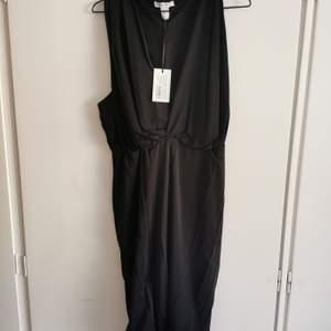 Svart klänning från NLYOne i stretchigt material. Aldrig använd storlek L. 75kr.