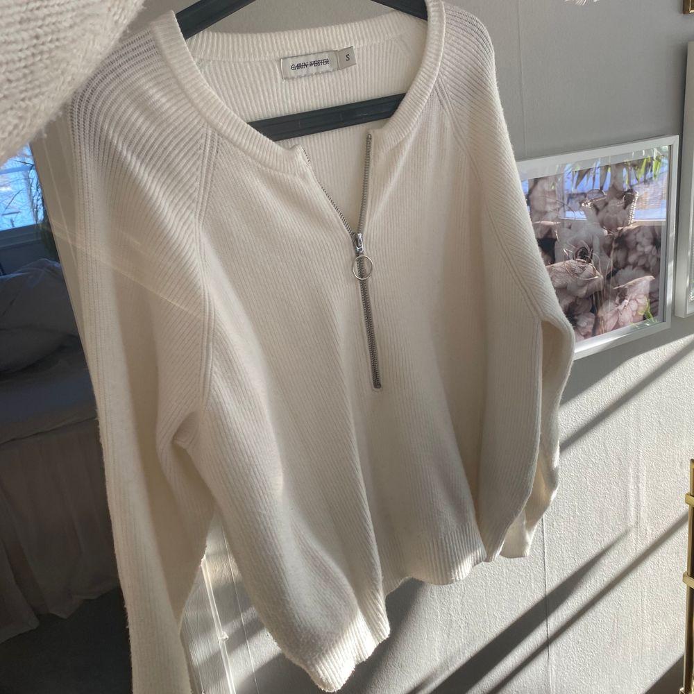 Jättefin och bekväm tröja i skönaste tyget från carin wester!!! Sparsamt använd. Stickat.