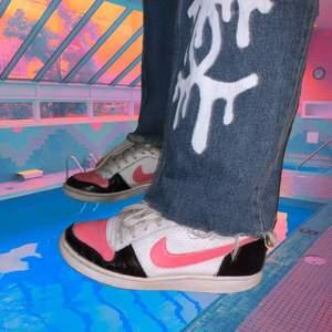 The timless classic: nike AF1 som jag handmålat med läderfärg💕 aka de är superunika och inspererade av andra nike skor! Lite slitna därav de låga priset (syns på bilderna) men asfräsha🦋💕