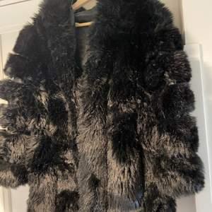 Faux fur päls från borninstockholm, bra skick förutom att öglan är sönder