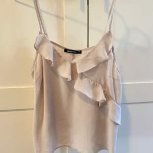 Säljer ett super fint beige/champagnefärgad linne ifrån Gina tricot. Storlek 36. Frakten står jag för🌸