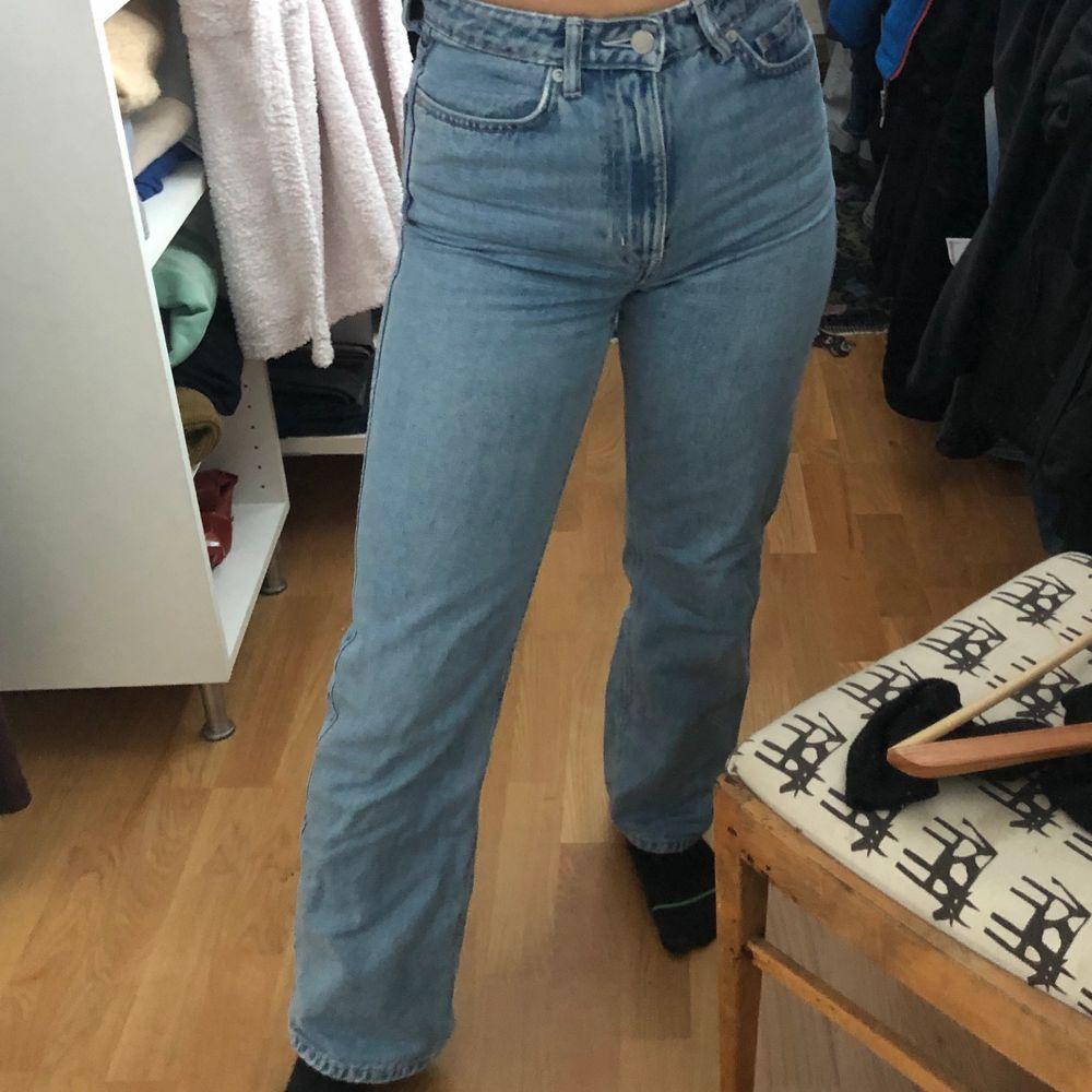 Blåa jeans från weekday i modellen ROW. Passar mig som är 160cm. Kommer inte till användning längre. Köpare står för frakt💕. Jeans & Byxor.