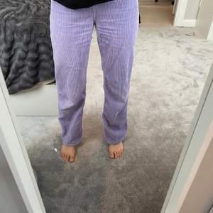 Så coola byxor från monki. Så fin färg! Modellen heter Yoko.