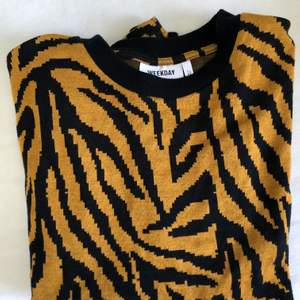 Säljer en asfin tunn långärmad tröja med tiger inspirerat print i orange/blå-svart färg❤️ nyskick. Lite frakt tillkommer.