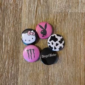Säljer dessa snygga pins för 10:-/st. Ascoola att styla med! 🔥 Säljer även hemmagjorda Play boy ringar i mässing för 60:-/st. Allting samfraktas. 🔥 Gör även custom designs och style bundles, bara att höra av sig till oss! ✨
