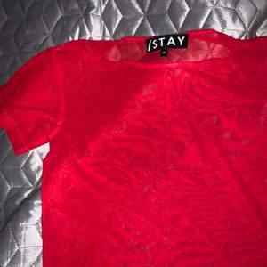 Röd genomskinlig tröja från stay. Storlek xs men passar även s