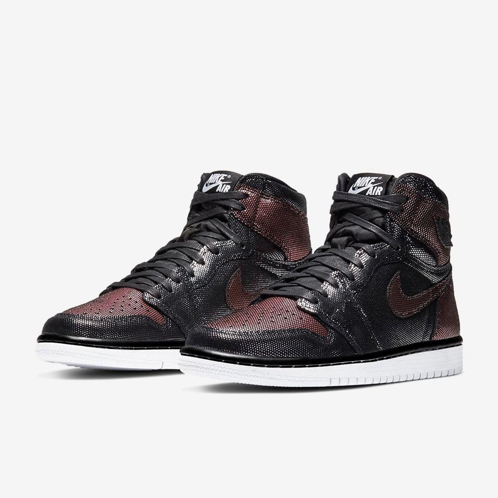 Air Jordan 1 high OG fearless som är använda vid ett par tillfällen, medföljer ett par vita skosnören också. Skriv gärna för fler bilder☺️ nypris 1700kr. Skor.