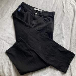 Dessa byxor var från början mörkröd denim men färgade dom svarta! (blir inte helt svarta utan någon speciel svart ton eftersom dom var röda innan) Ett litet hål på vänstra benet längst ner! Midjan mätt rätt över är cirka 44cm. För stora för mig och som många andra jeans så töjer dom sig vid användning.