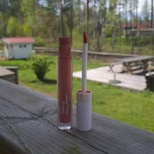 Indy beauty lipquid lipstick - helt oanvänd !! Köpte i början av året men har aldrig använt! Färgen heter Amina! Orginallpris : 159 kr. Jag säljer den för 50kr + frakt men priset kan diskuteras! 💕