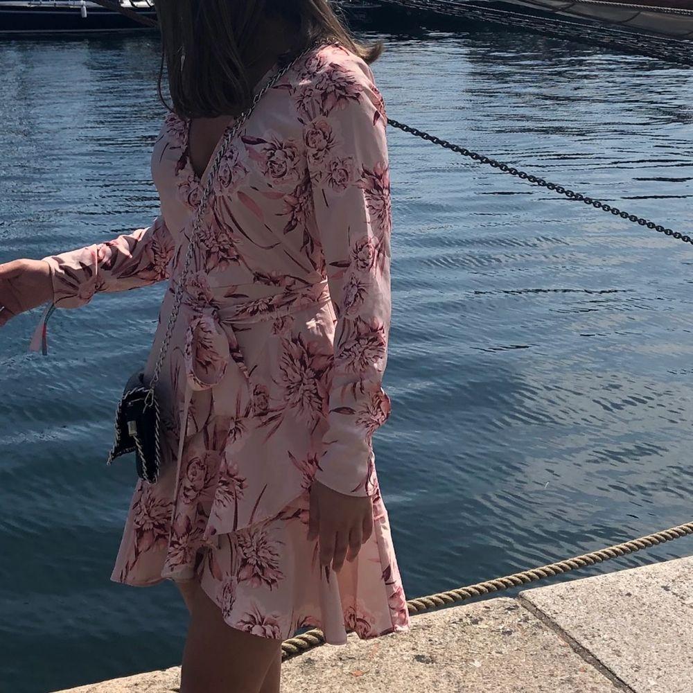 Superfin ljusrosa klänning 💗💕🌸 Sitter omlott över brösten och som går att stänga med ett litet knäppe. I princip oanvänd 😇 Skriv vid intresse!. Klänningar.