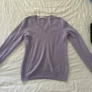 Säljer denna fina tröja i chasmir material, den lila färgen är så fin och materialet är super skönt. Den är v ringad. Buda från 250 kr.