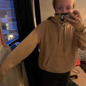 Somsagt en väldigt bekväm hoodie i beige som inte används.
