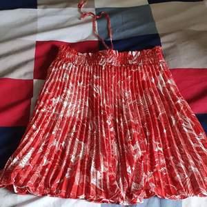 Säljer min söt,sexig summer kjol som jag bara provar.i mycket bra skick och passar xs- m eftersom den stretcher och gätte guling till summer. Finns fler bilder och bud I kommenterna