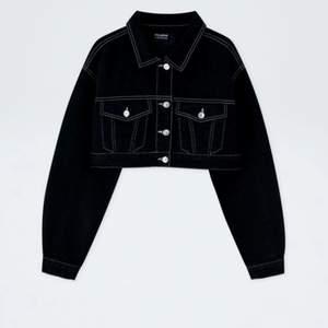 En så fin svart cropped jacka från pull and bear💞