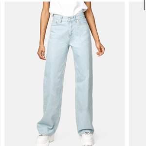 Säljer mina ljusblåa, vida jeans ifrån Junkyard för att dom är för stora på mig. Använt lite då o då men inga byxor jag använt så ofta beroende på storleken💗