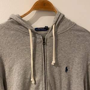 """Säljer min gråa """"vintage"""" ralph lauren zip-up hoodie, köpt från Care of Carl, aldrig använd. Cond 10/10 nypris: runt 1300.  Köpare står för frakt!"""