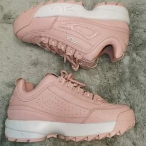 Feta rosa fila skor I storlek 38. Använts en gång, är i nyskick budgivningen starta på 500kr💛 buda privat eller I kommentarerna💛. Köparen står för frakt