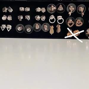 Flera sortiment av örhängen som är helt oanvända                                       Skriv till mig om några funderingar☺️